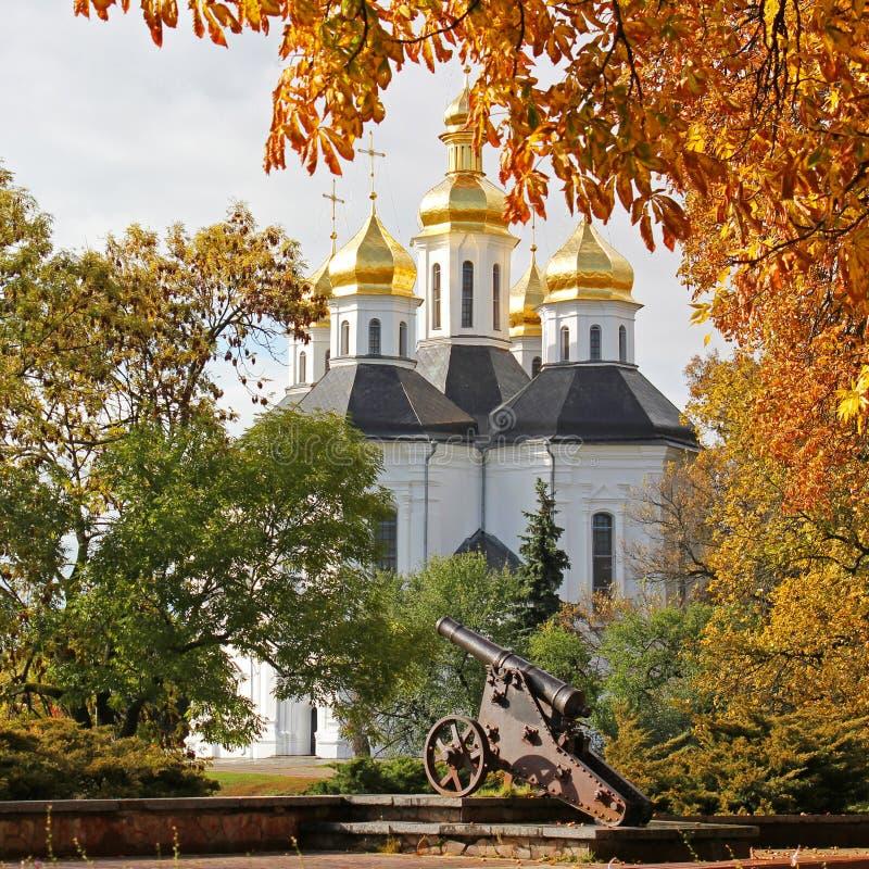 美好的秋天 黄色结构树 教会 切尔尼戈夫的老教会 金黄的圆顶 历史记录 老城市 免版税图库摄影
