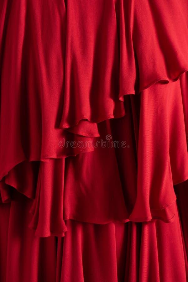 美好的红色布料关闭 被翻动的层数 库存图片