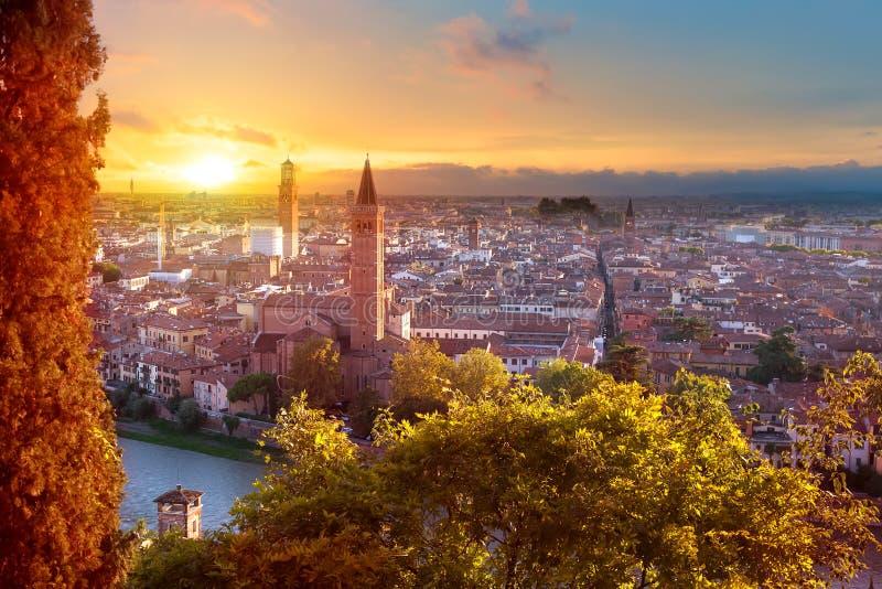 美好的维罗纳日落鸟瞰图  威尼托地区在意大利 维罗纳日落都市风景 免版税库存图片