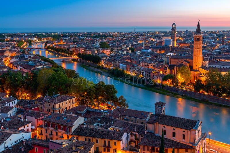 美好的维罗纳日落鸟瞰图  Venero地区在意大利 维罗纳日落都市风景 库存图片