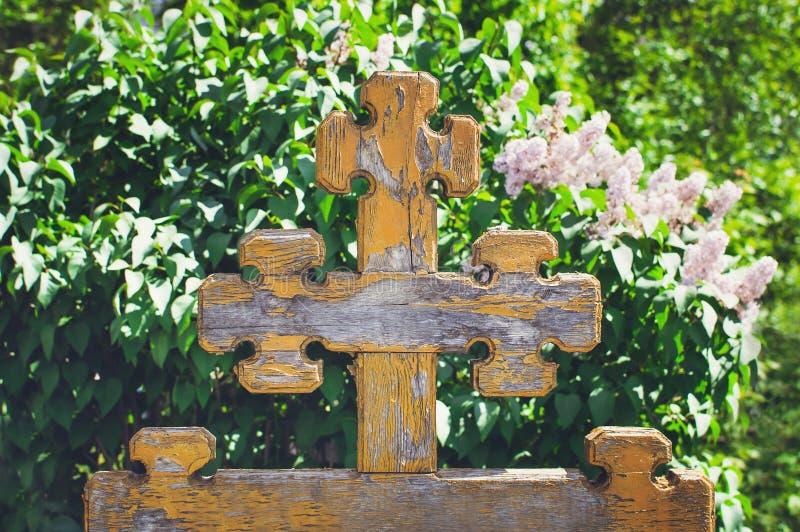 美好的老木十字架在老公墓,俄罗斯 免版税库存图片