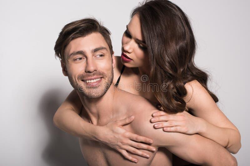 美好的肉欲的夫妇,给妇女肩扛乘驾的人画象  图库摄影