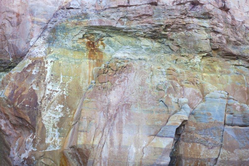 美好的自然背景和desig的颜色大岩石样式 库存图片