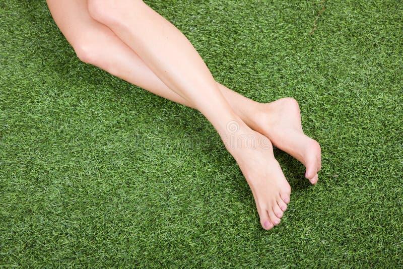 美好的英尺亭亭玉立女性的草绿色 免版税库存图片