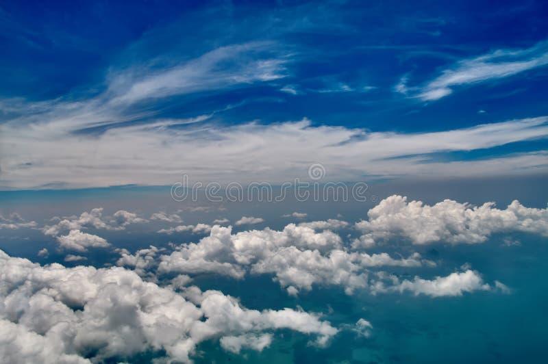 美好的蓝天和白色云彩背景 天空大气全景 天堂般的明亮的白天 室外行星 免版税库存图片