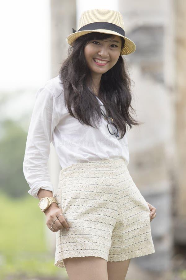 美好的街道时尚画象射击了亚洲更加年轻的woma 免版税库存照片