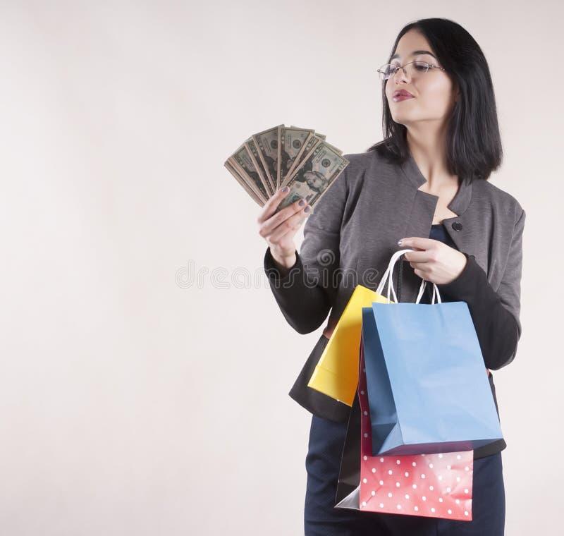 美好的被隔绝的女孩包裹购物的概念惊奇微笑 库存图片