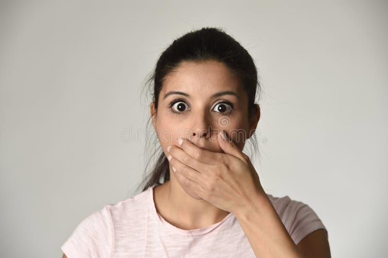 年轻美好的西班牙语使在震动和惊奇覆盖物嘴惊奇的妇女惊奇 库存图片