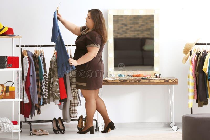 美好的超重妇女购物 库存图片