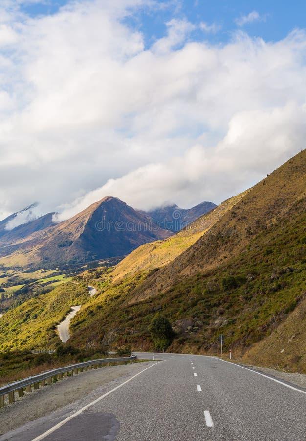Download 美好的路和山风景在新西兰 库存照片. 图片 包括有 本质, 小山, 西兰, 范围, 蓝色, 天空, 通过 - 62528478