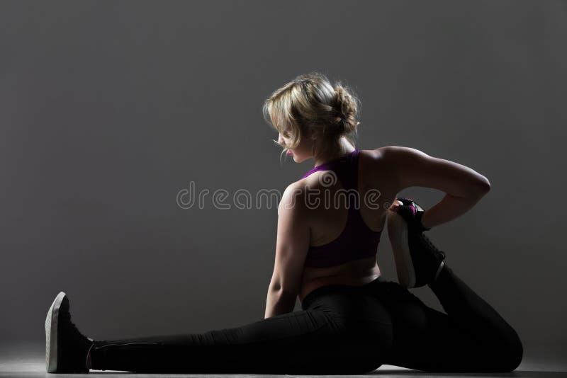 美好的运动的女孩pilates锻炼 免版税库存照片
