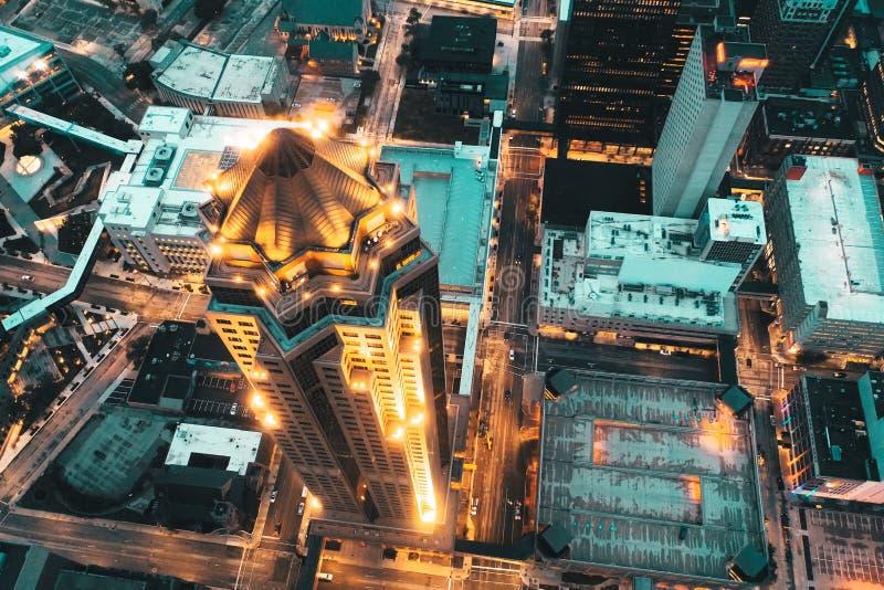 美好的都市城市建筑学空中顶上的射击与高摩天大楼企业大厦的 库存照片