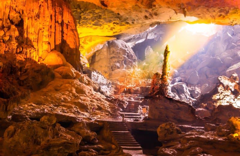 美好的金子阳光发光的唱歌的醉鬼洞或惊奇洞穴在Bo Hon海岛上是下龙湾最美好和最宽的洞穴  免版税库存图片