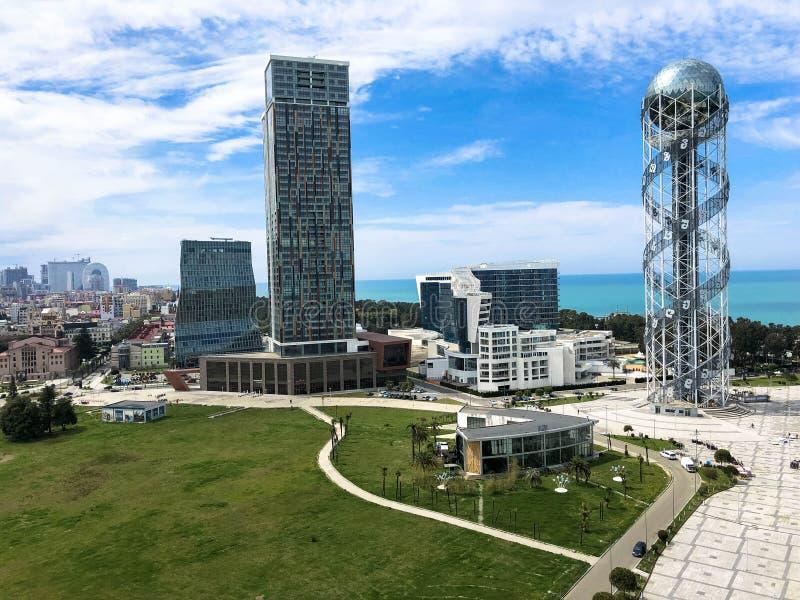 美好的金属塔字母表和玻璃景气,大厦,海岸的巴统,乔治亚,2019年4月17日摩天大楼 库存照片