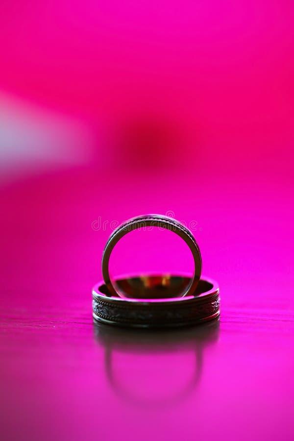 美好的金黄环形联合婚礼 库存图片