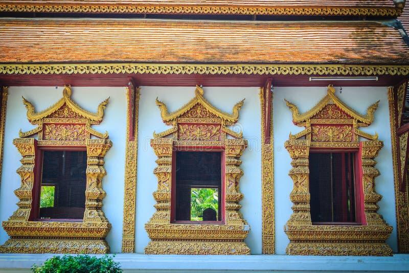 美好的金黄窗架有在T的白水泥背景 免版税图库摄影