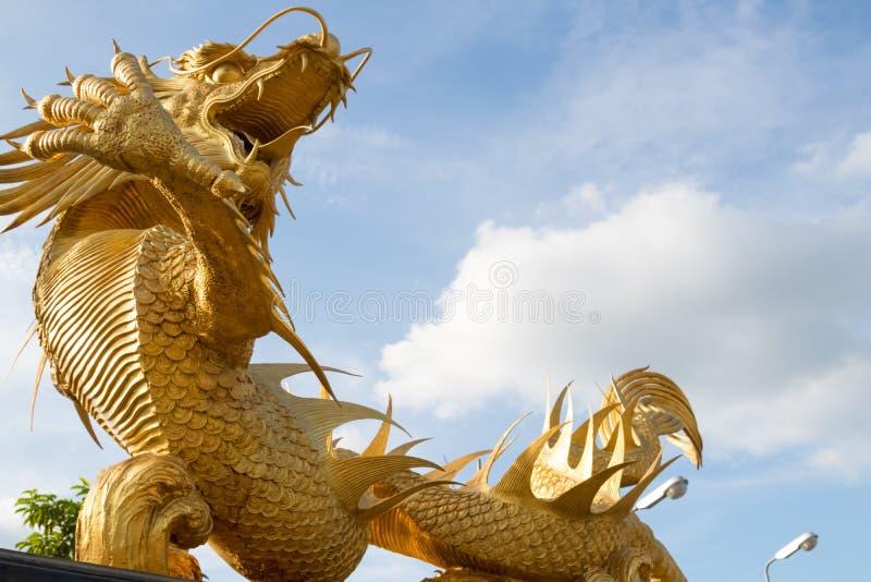 美好的金黄龙雕象宗教标志中国泰国力量头上司 图库摄影