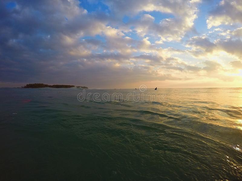 美好的镇静橙色海洋和天空日出 库存图片