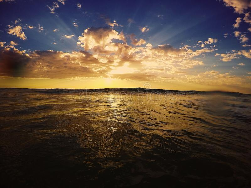 美好的镇静橙色海洋和天空日出 图库摄影