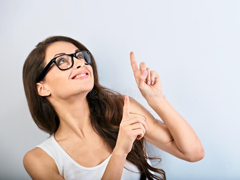 美好的镜片的企业激动的偶然妇女指向手指的与暴牙微笑 r 免版税库存照片
