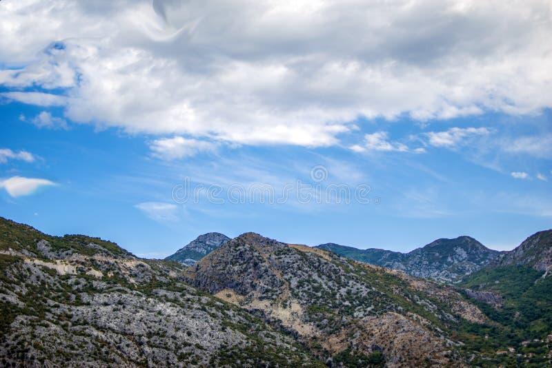 美好的风景、山、天空和云彩 免版税图库摄影