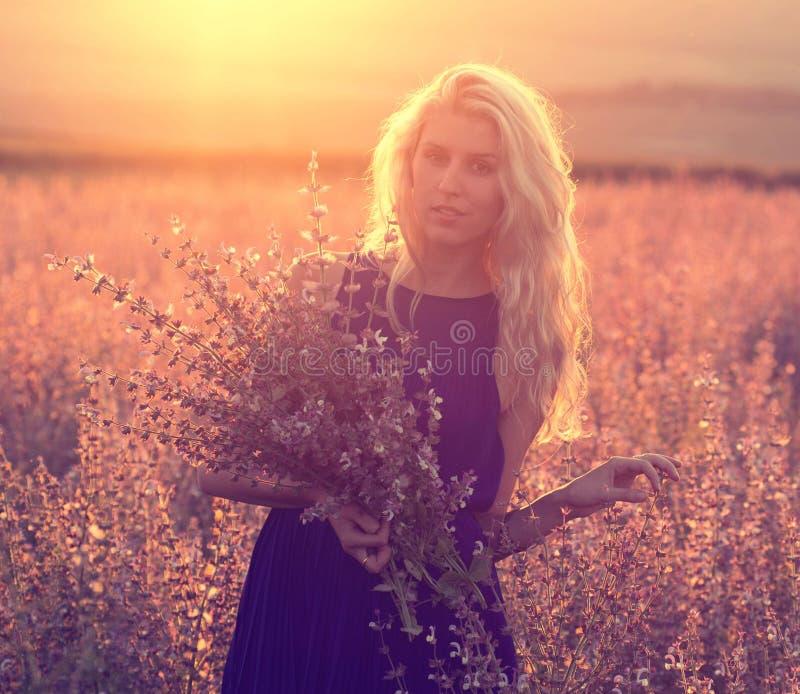 美好的风景和夫妇爱上花在日落 库存照片
