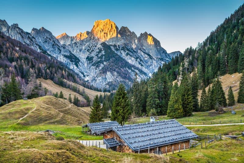 美好的风景在有传统山瑞士山中的牧人小屋的阿尔卑斯 库存图片