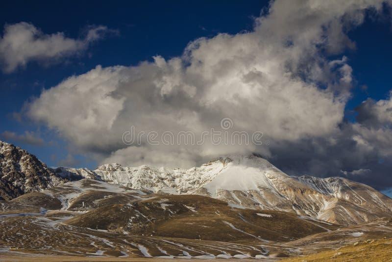 美好的风景在阿布鲁佐亚平宁山脉, Gran Sasso国家公园  免版税图库摄影