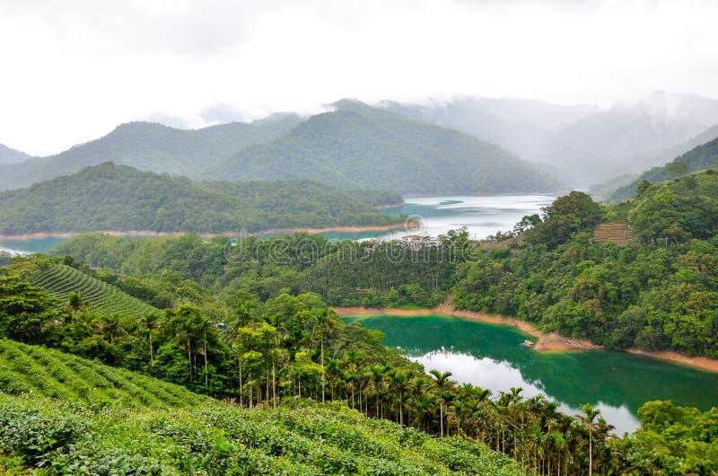 美好的风景有坪林茶园的一千艾兰湖在台湾 围拢由绿色热带森林绿松石 库存照片