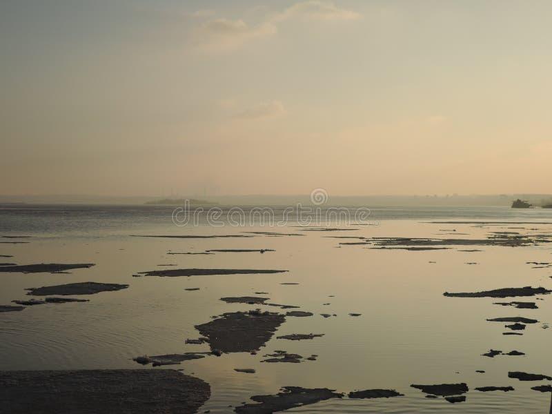 美好的风景有河看法的浮动冰 库存图片