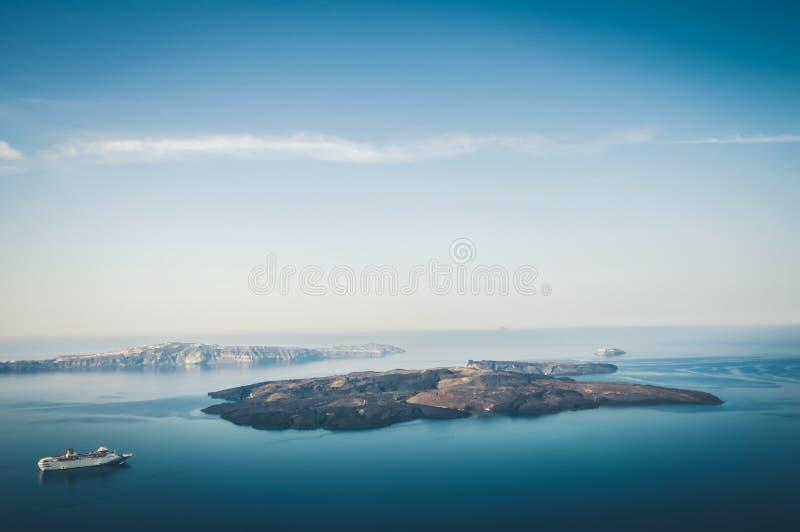 美好的风景有海视图 在海的巡航划线员在卡美尼岛,一个小希腊海岛附近在Santor附近的爱琴海 免版税库存图片