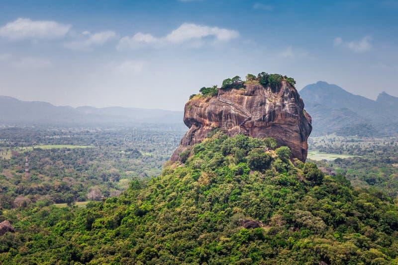 美好的风景有锡吉里耶岩石或狮子岩石的看法从邻居山Pidurangala, Dambula,斯里兰卡 免版税库存照片