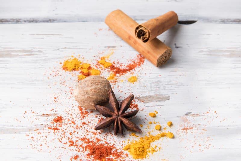 美好的食物香料背景:设置八角,姜黄,肉桂条,在白色木背景的肉豆蔻 食物概念, 免版税库存照片