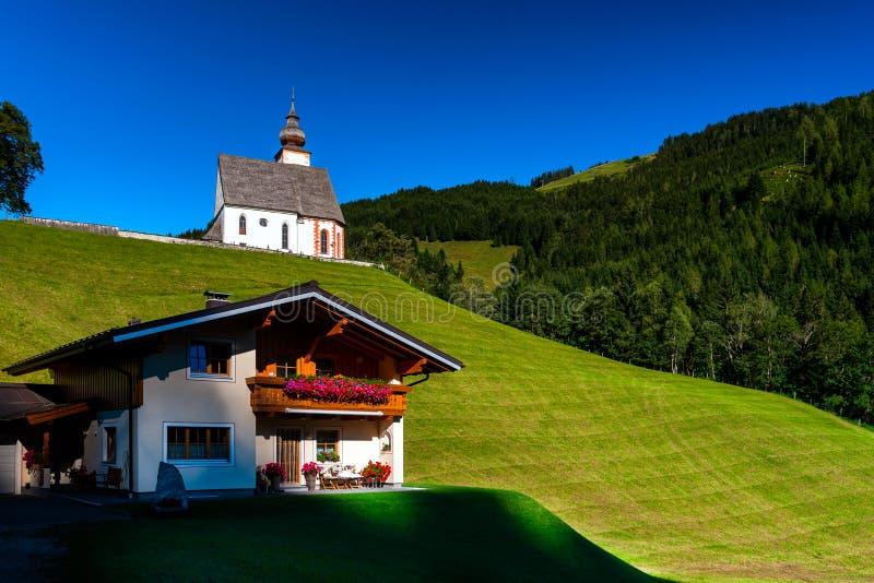 美好的高山夏天风景 山和太阳,蓝天, 免版税库存图片