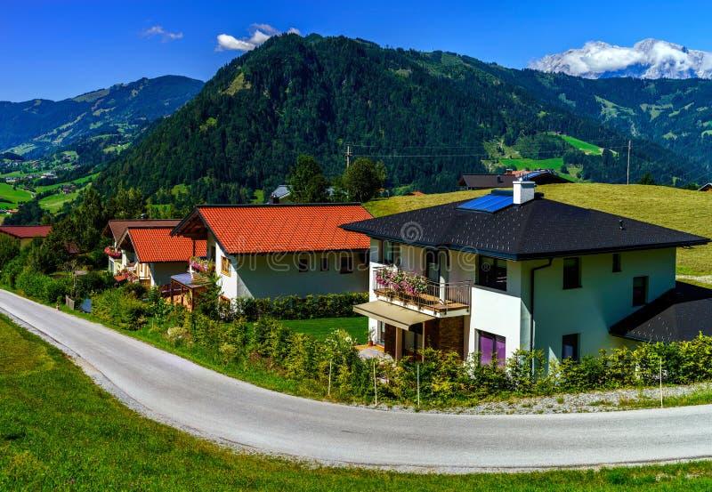 美好的高山夏天风景 山和太阳,蓝天, 免版税库存照片