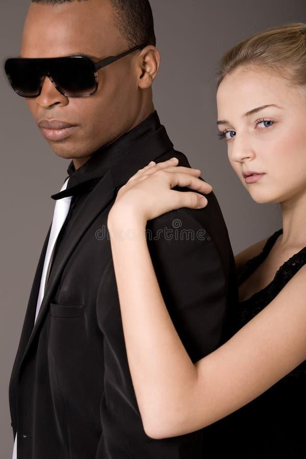 美好的黑色夫妇供以人员纵向年轻人 库存照片
