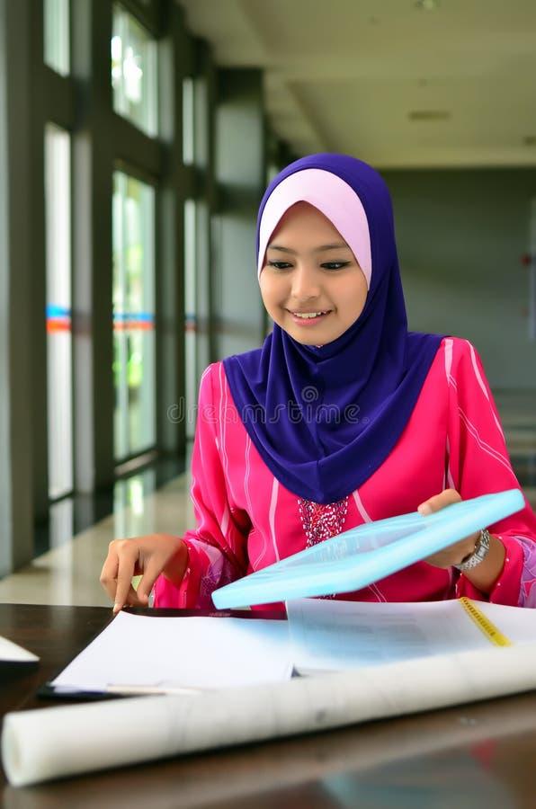 美好的年轻亚洲学生研究特写镜头画象  免版税库存照片