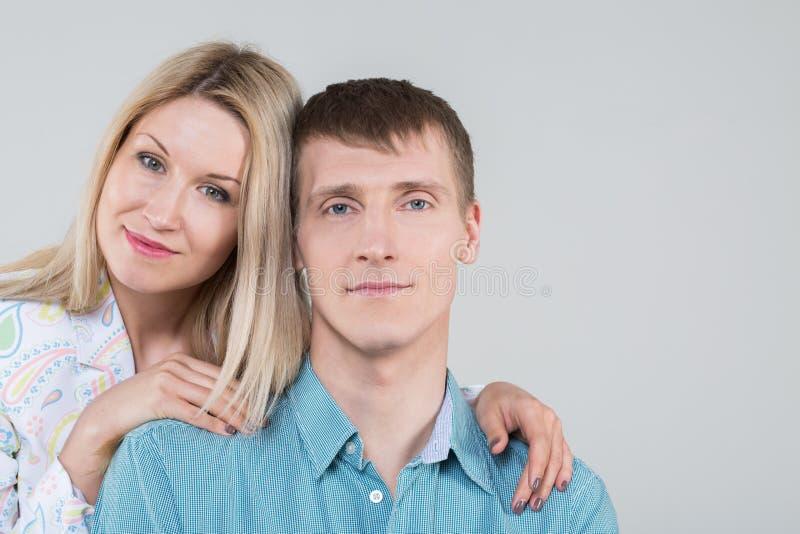 美好的年轻夫妇在演播室 免版税库存照片