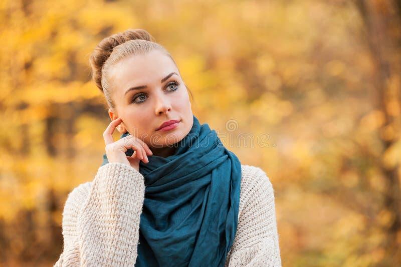 美好的年轻女性常设外部 库存照片