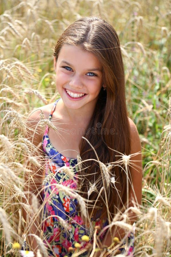 美好的年轻小女孩连续夏天领域 库存图片