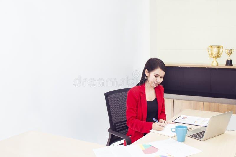 美好的20-30年画象  红色衣服的年轻女实业家 库存照片