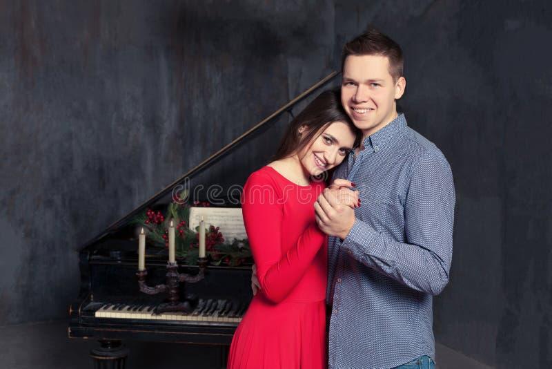 美好的年轻爱恋的夫妇容忍 免版税库存图片
