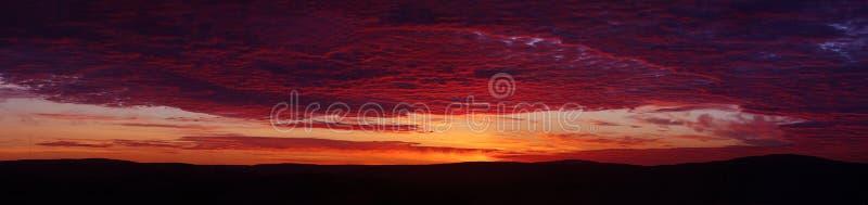 美好的绯红色日落 免版税库存照片