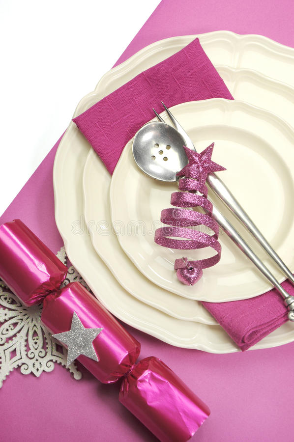 美好的紫红色的桃红色欢乐圣诞节餐桌餐位餐具-垂直 库存照片