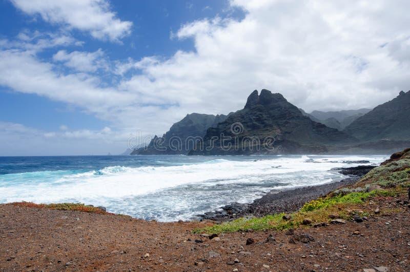 美好的Anaga风景有在大西洋的看法,山和北部特内里费岛的独特的本质 加那利群岛西班牙 免版税库存图片