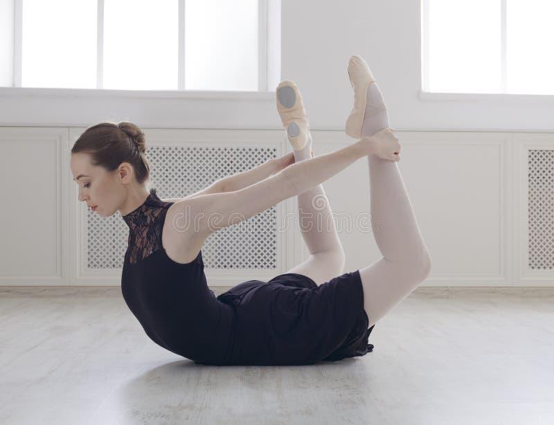 美好的ballerine实践弓姿势,瑜伽舒展 库存照片