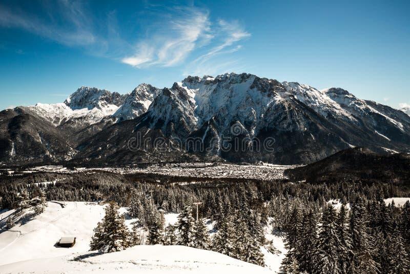 美好的mittenwald村庄和karwendel 免版税图库摄影