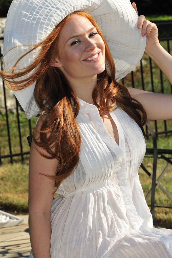 美好红头发人微笑 免版税库存照片