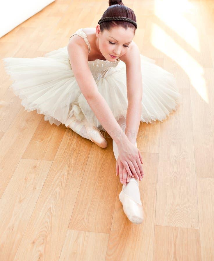 美好舞蹈演员楼层舒展 免版税库存图片