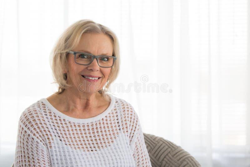 美好金发碧眼的女人微笑 免版税库存图片